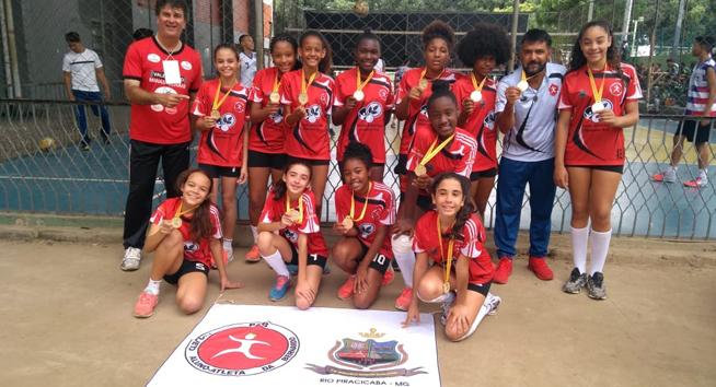 Do campo de terra à medalha de ouro. Escola de comunidade quilombola conquista o penta no voleibol na etapa regional